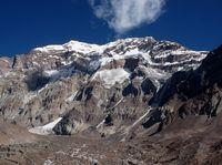 Aconcagua (6 962 m n. m.), tři kilometry šotoliny a ledu.